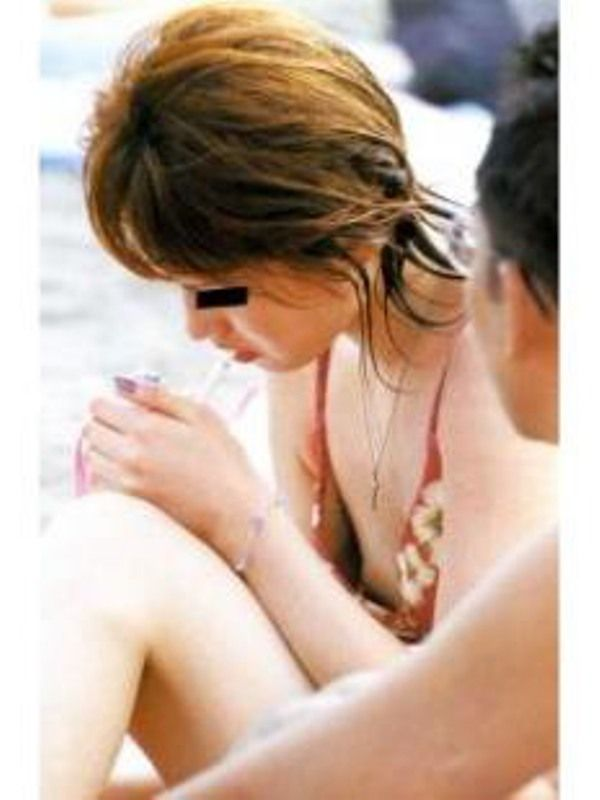 【素人ポロリ画像】今年の夏もやっぱり期待したい素人の水着からポロリしちゃった乳首w 12
