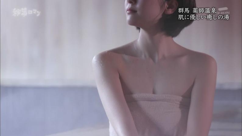 【温泉キャプ画像】バスタオルからはみ出すオッパイのエロい温泉レポw