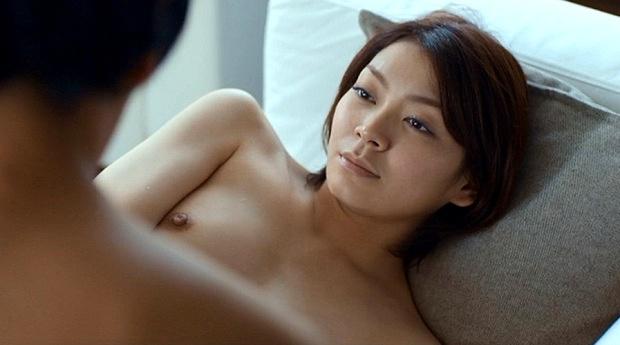 【お宝エロ画像】女優さんが濡れ場やベッドシーンでオッパイ丸出しで喘いでる姿が劇エロw 15