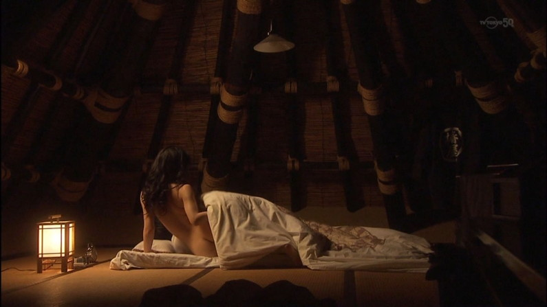 【お宝エロ画像】女優さんが濡れ場やベッドシーンでオッパイ丸出しで喘いでる姿が劇エロw 24
