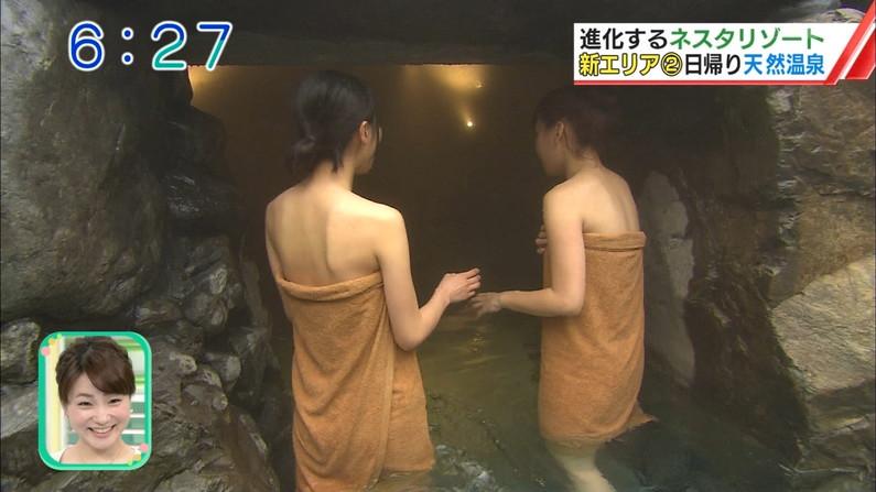 【温泉キャプ画像】バスタオルからハミ乳してる温泉レポってやっぱエロいよなw 03