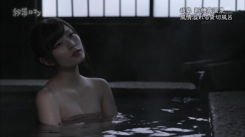 【温泉キャプ画像】バスタオルからハミ乳してる温泉レポってやっぱエロいよなw 06