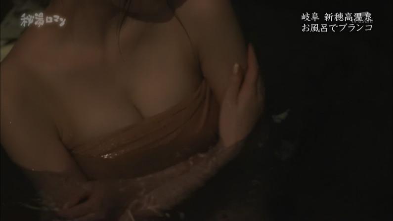【温泉キャプ画像】バスタオルからハミ乳してる温泉レポってやっぱエロいよなw 07