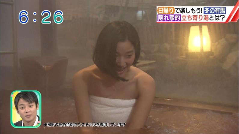 【温泉キャプ画像】バスタオルからハミ乳してる温泉レポってやっぱエロいよなw 13