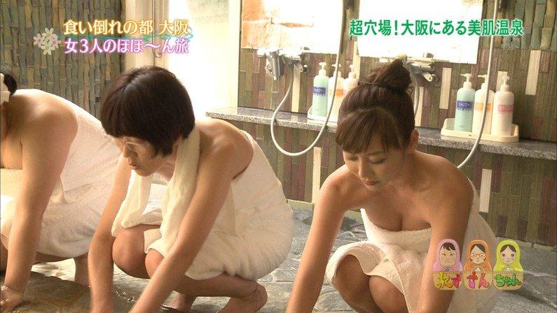 【温泉キャプ画像】バスタオルからハミ乳してる温泉レポってやっぱエロいよなw 16