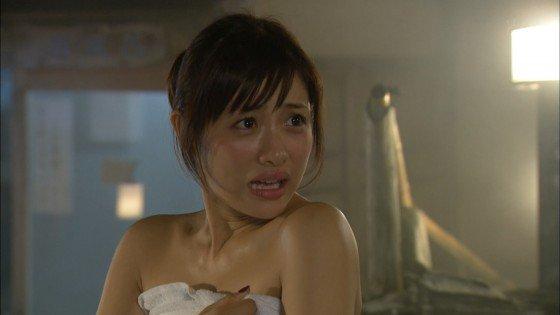 【温泉キャプ画像】バスタオルからハミ乳してる温泉レポってやっぱエロいよなw 22