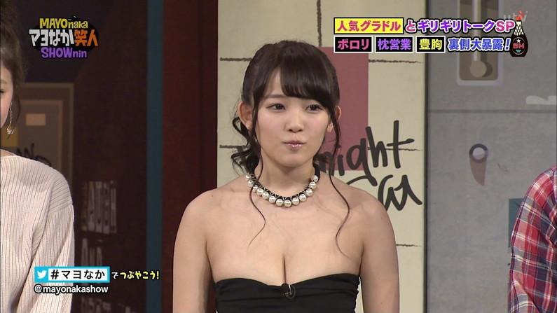 【胸ちらキャプ画像】エロい谷間が気になる、テレビに映る巨乳のタレント達w 04