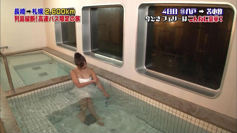 【温泉キャプ画像】エロいオッパイ半分出しながら温泉レポする巨乳タレント達w 19