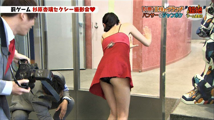 【パンチラキャプ画像】ミニスカートから見える魅惑の▼ゾーンが気になってテレビにかじりつきww 09