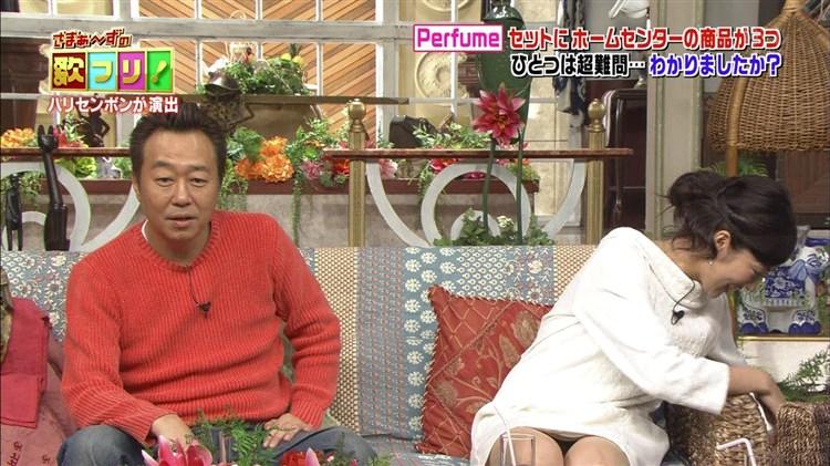 【パンチラキャプ画像】ミニスカートから見える魅惑の▼ゾーンが気になってテレビにかじりつきww 22