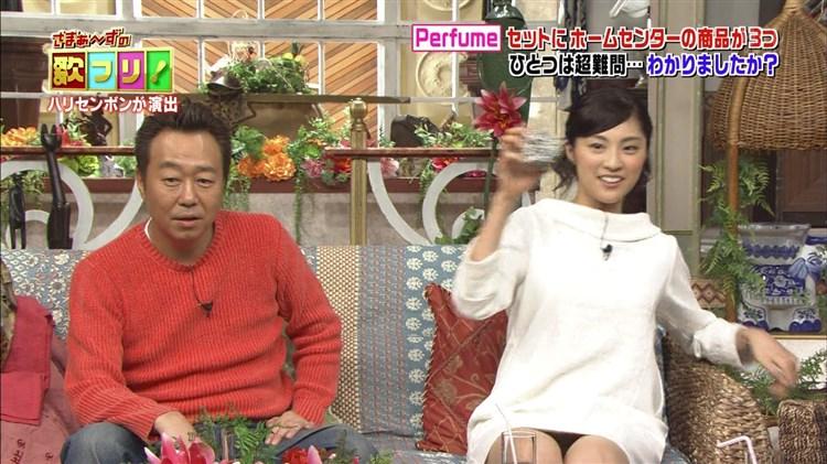 【パンチラキャプ画像】ミニスカートから見える魅惑の▼ゾーンが気になってテレビにかじりつきww 23