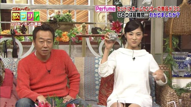 【パンチラキャプ画像】ミニスカートから見える魅惑の▼ゾーンが気になってテレビにかじりつきww 24
