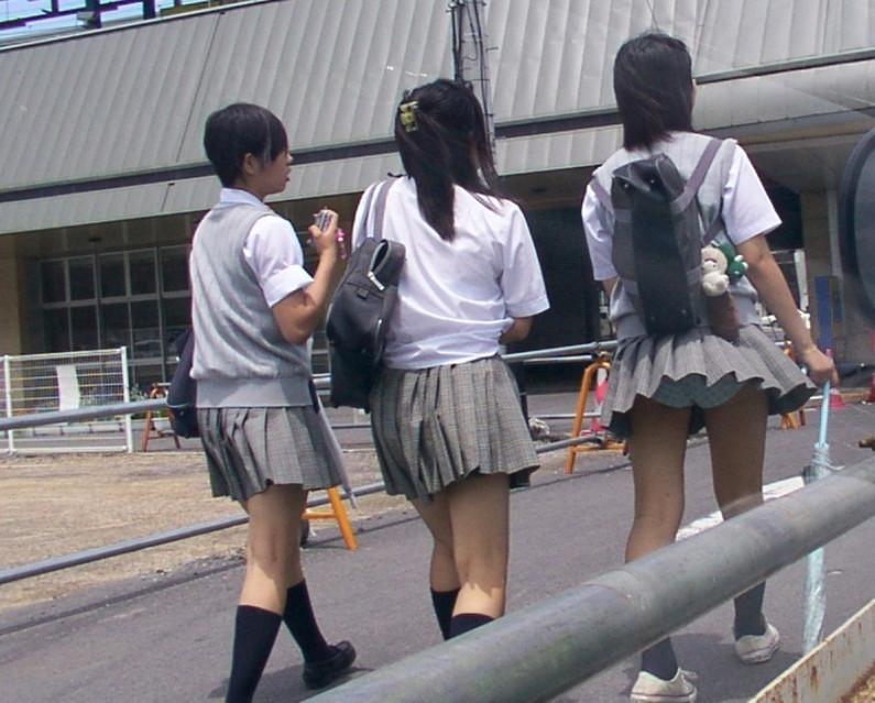 【ハプニングパンチラ画像】風の悪戯で思いっきりスカートめくられちゃった素人女達www 08