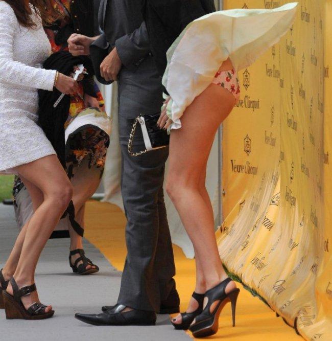 【ハプニングパンチラ画像】風の悪戯で思いっきりスカートめくられちゃった素人女達www 11
