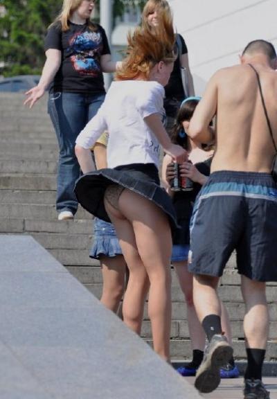 【ハプニングパンチラ画像】風の悪戯で思いっきりスカートめくられちゃった素人女達www 12