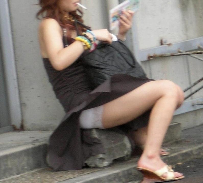 【ハプニングパンチラ画像】風の悪戯で思いっきりスカートめくられちゃった素人女達www 15
