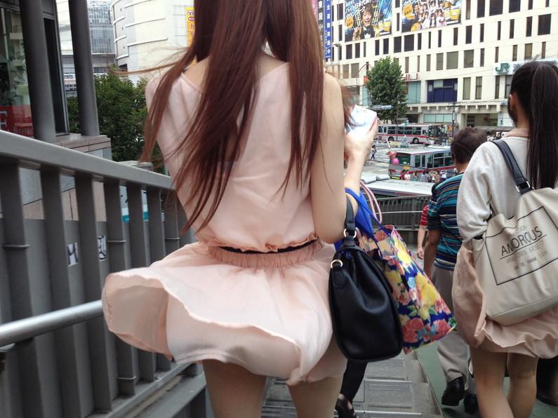 【ハプニングパンチラ画像】風の悪戯で思いっきりスカートめくられちゃった素人女達www 22