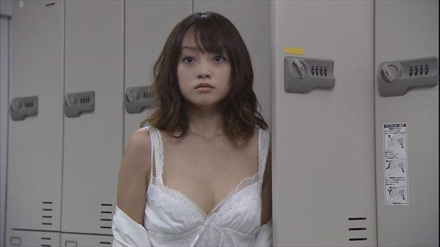 【胸ちらキャプ画像】テレビなのにガッツリエロい谷間見せちゃうタレント達w 06