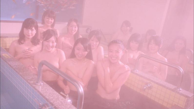 【手ブラキャプ画像】テレビで手ブラして出てくる美女達の指の隙間から見えそうな乳首w 05
