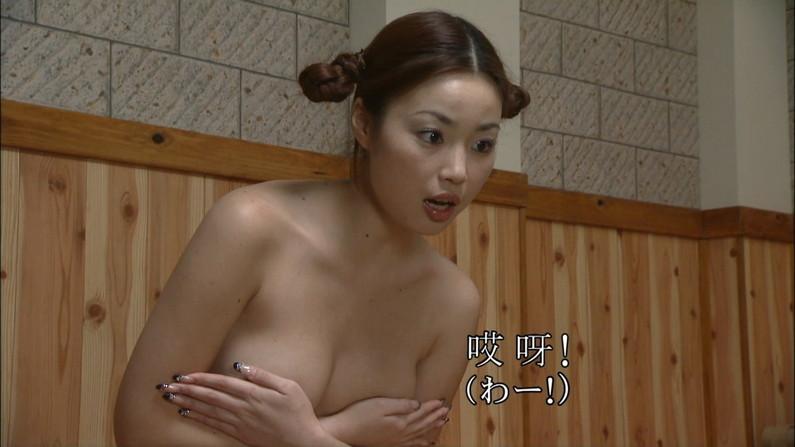 【手ブラキャプ画像】テレビで手ブラして出てくる美女達の指の隙間から見えそうな乳首w 07