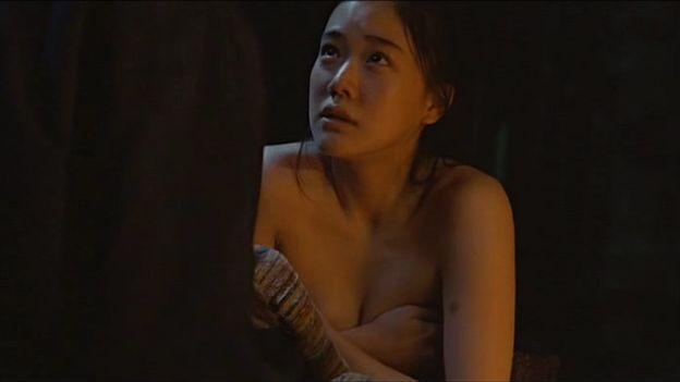 【手ブラキャプ画像】テレビで手ブラして出てくる美女達の指の隙間から見えそうな乳首w 09
