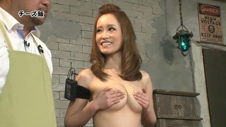 【手ブラキャプ画像】テレビで手ブラして出てくる美女達の指の隙間から見えそうな乳首w 14