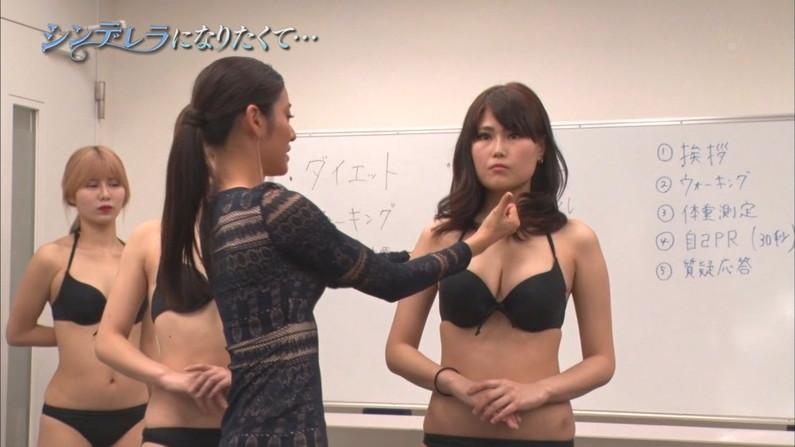 【水着キャプ画像】やっぱり巨乳のタレントが水着着てテレビに出てたらポロリ期待するよなw 15