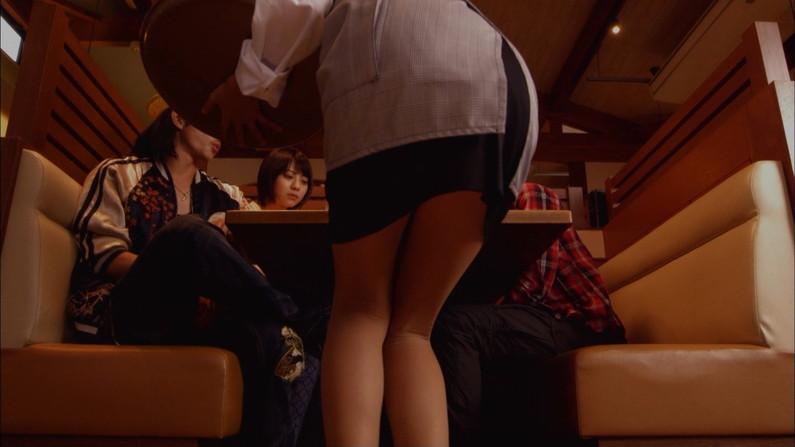 【太ももキャプ画像】タレント達の自慢な美脚をこれ見よがしに露出して太もも見せつけてくるw 05