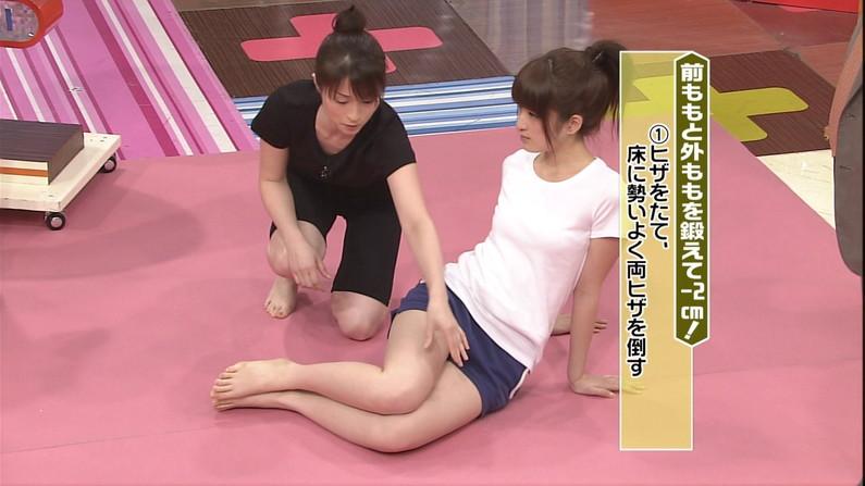 【太ももキャプ画像】タレント達の自慢な美脚をこれ見よがしに露出して太もも見せつけてくるw 16