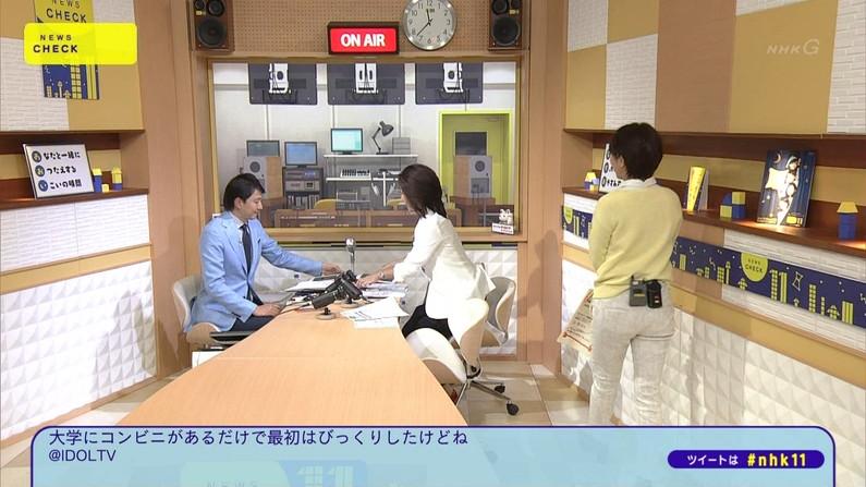 【お尻キャプ画像】テレビでパンツラインまで丸見えになっちゃってるタレント達w 09