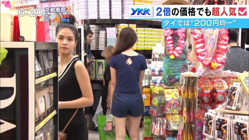 【お尻キャプ画像】テレビでパンツラインまで丸見えになっちゃってるタレント達w 13