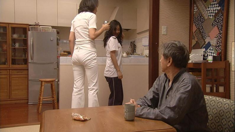 【お尻キャプ画像】テレビでパンツラインまで丸見えになっちゃってるタレント達w 14