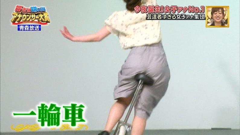 【お尻キャプ画像】テレビでパンツラインまで丸見えになっちゃってるタレント達w 23
