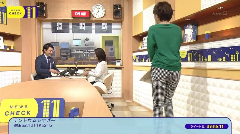 【お尻キャプ画像】女子アナ達のお尻の割れ目に食い込むピタパンがやらしすぎるw 01