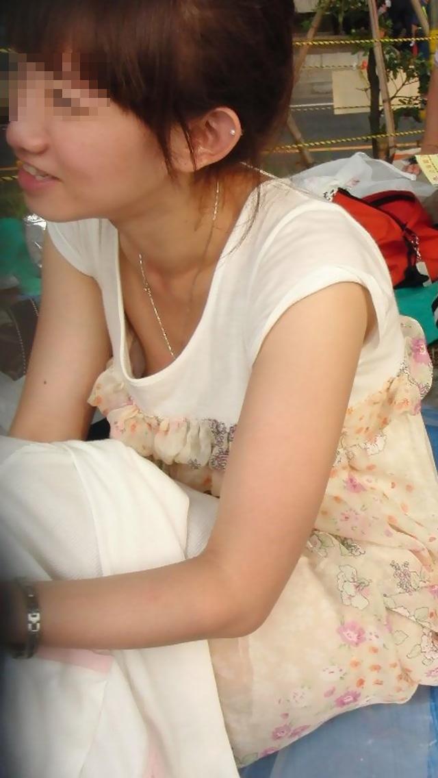 【乳首チラ画像】暑くなるにつれ胸元緩くなってくる素人さんの乳首まで見えちゃってるハプニングw 07