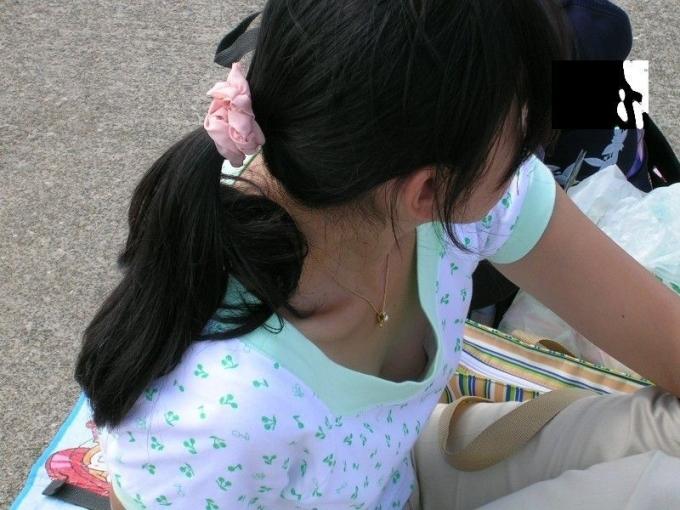 【乳首チラ画像】暑くなるにつれ胸元緩くなってくる素人さんの乳首まで見えちゃってるハプニングw 12