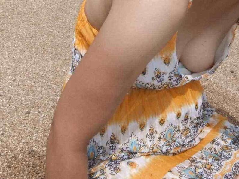 【乳首チラ画像】暑くなるにつれ胸元緩くなってくる素人さんの乳首まで見えちゃってるハプニングw 16