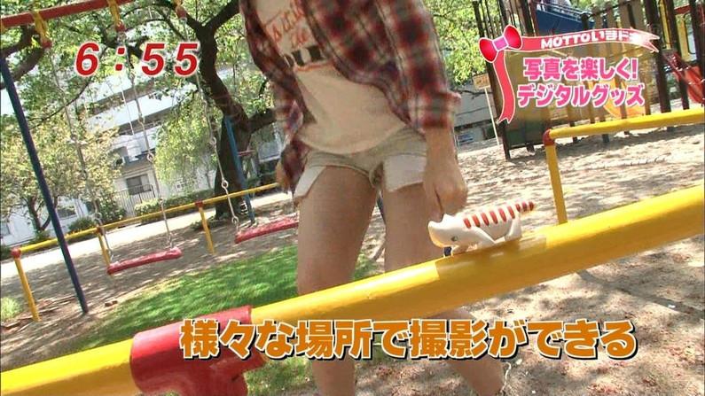 【太ももキャプ画像】ミニスカやショートパンツ履いて太もも露出し過ぎた結果ww 20