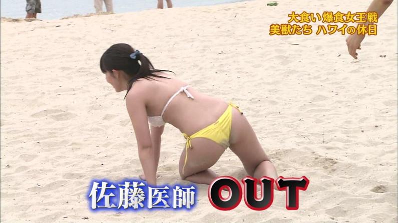 【お尻キャプ画像】水着姿でテレビに出てくるタレント達のはみ出したお尻がエロすぎるw 03