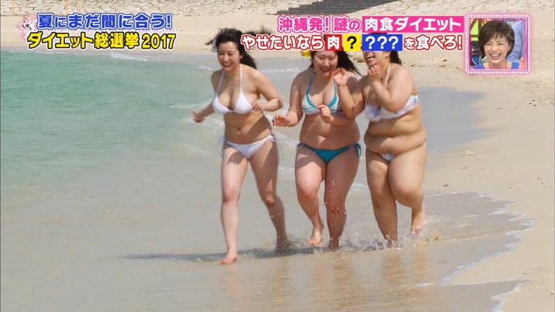 【水着キャプ画像】乳首さえ見えてなかったらOKな巨乳タレント達の水着オッパイがエロすぎW 10