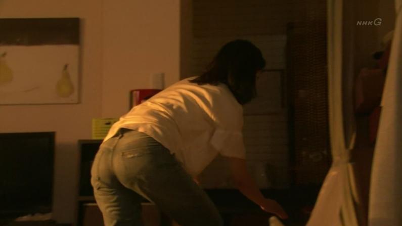 【お尻キャプ画像】デッカイお尻にズボンが食い込んでお尻の割れ目くっきりなってるタレント達w 01