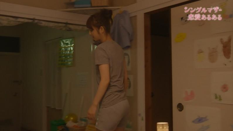 【お尻キャプ画像】デッカイお尻にズボンが食い込んでお尻の割れ目くっきりなってるタレント達w 04