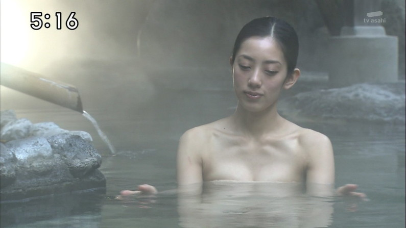 【温泉キャプ画像】バスタオルで余計に谷間を強調させる温泉レポww 19