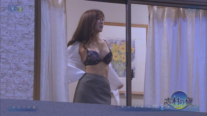 【水着キャプ画像】今年の夏もそろそろ巨乳の水着美女がテレビに映り始めるぞww 03