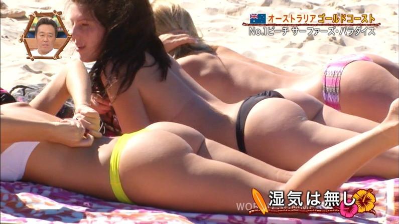 【お尻キャプ画像】テレビに映るタレント達のお尻に食い込む水着がエロくてハミ尻しまくってるぞw 01