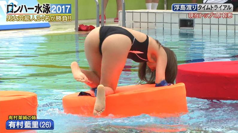 【お尻キャプ画像】テレビに映るタレント達のお尻に食い込む水着がエロくてハミ尻しまくってるぞw 04