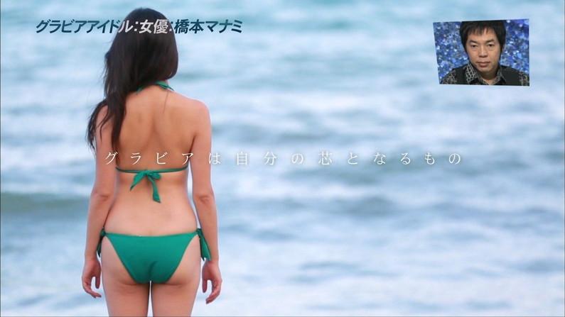 【お尻キャプ画像】テレビに映るタレント達のお尻に食い込む水着がエロくてハミ尻しまくってるぞw 09
