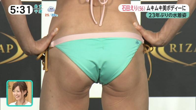 【お尻キャプ画像】テレビに映るタレント達のお尻に食い込む水着がエロくてハミ尻しまくってるぞw 16