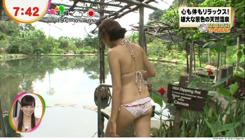 【お尻キャプ画像】テレビに映るタレント達のお尻に食い込む水着がエロくてハミ尻しまくってるぞw 24
