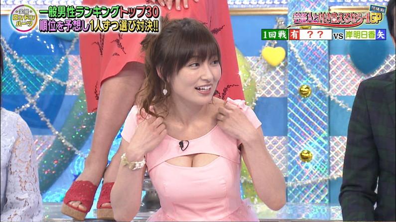 【胸ちらキャプ画像】テレビなのにここまでオッパイ見えていいのか!と思うくらい胸ちらしてるw 10